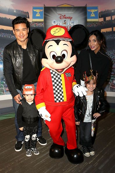 Mario Lopez「Disney On Ice presents Worlds Of Enchantment Celebrity Guests (STAPLES Center Los Angeles)」:写真・画像(16)[壁紙.com]