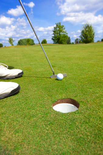 Putting - Golf「Picture of golfer putting a ball」:スマホ壁紙(4)