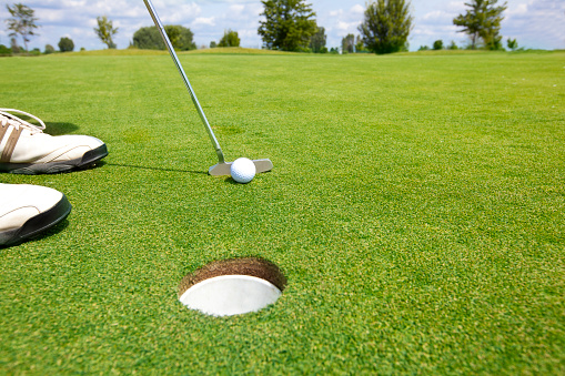 Putting - Golf「Picture of golfer putting a ball」:スマホ壁紙(7)