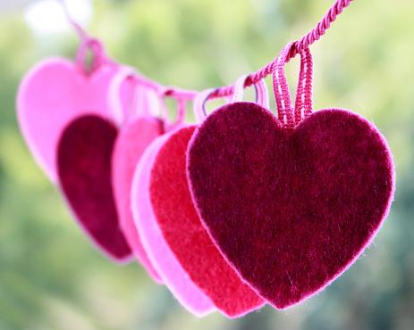 ハート「Hearts hanging on string」:スマホ壁紙(7)