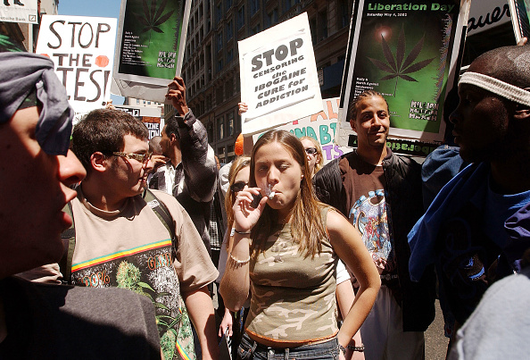 Cigarette「Pot Advocates Take to the Streets in New York」:写真・画像(0)[壁紙.com]