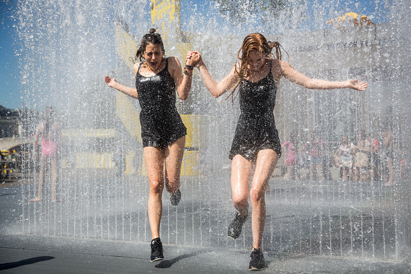 天気「Londoners Enjoy The Hot Weather At The Southbank Centre」:写真・画像(16)[壁紙.com]