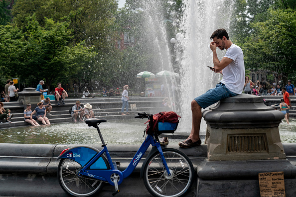 Washington Square Park「Sweltering Heat Wave Pushes Heat Index Past 100 Degrees In New York City」:写真・画像(11)[壁紙.com]