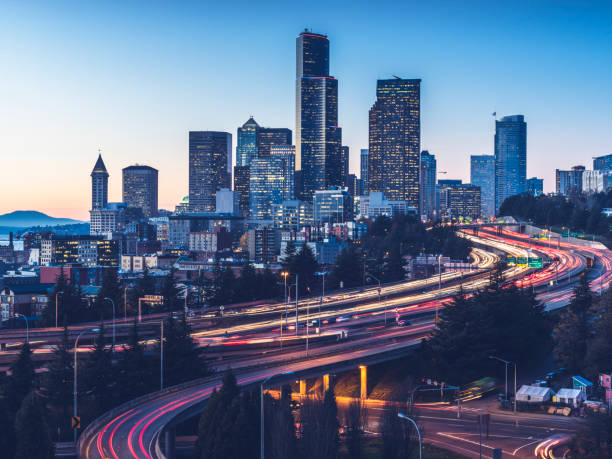 elevated view of Interstate 5 and seattle downtown skyline:スマホ壁紙(壁紙.com)