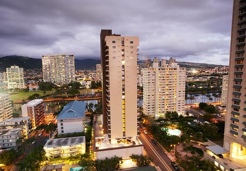 オアフ島「Elevated view of hotels in Waikiki at dusk」:スマホ壁紙(11)
