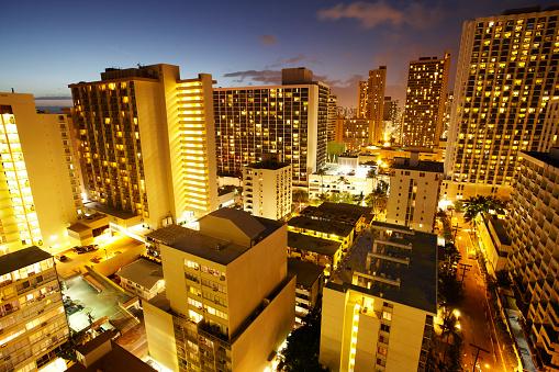 オアフ島「Elevated view of hotels in Waikiki at dusk」:スマホ壁紙(9)