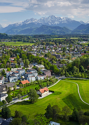 オーストリア「Elevated view of Salzburg with the alps」:スマホ壁紙(1)