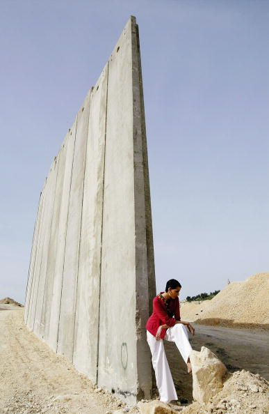 West Bank「Models Pose For Fashion Shoot At Israeli Security Barrier」:写真・画像(0)[壁紙.com]