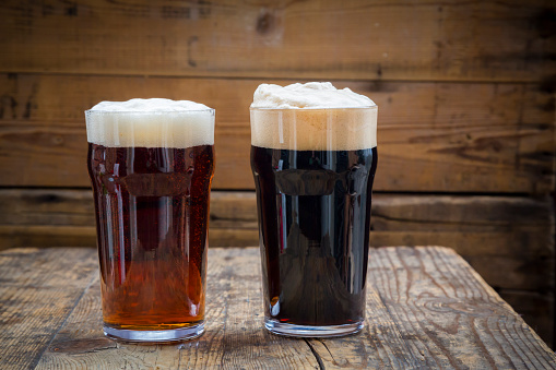 Side By Side「Stout and Red Ale in pint glasses」:スマホ壁紙(19)
