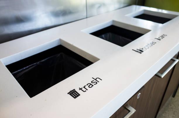 Trash box installed in airport lobby.:スマホ壁紙(壁紙.com)