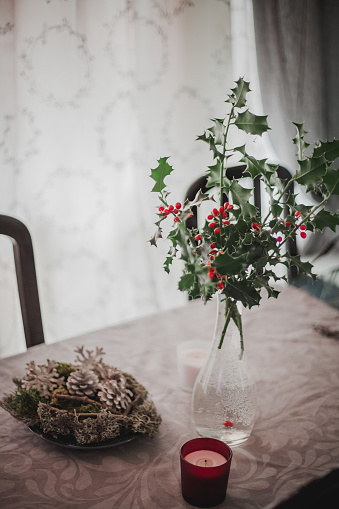Holly「Vase with holly and Christmas decorations on a table」:スマホ壁紙(14)