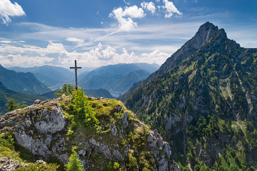 Salzkammergut「Katzenstein Summit Cross Gipfelkreuz with Lake Traunsee, Austria, European Alps」:スマホ壁紙(15)