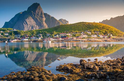 4k「ノルウェーのロフォーテン諸島ノルウェー漁村。ドラマチックな夕焼け雲の急な山の峰の上に移動します。」:スマホ壁紙(5)