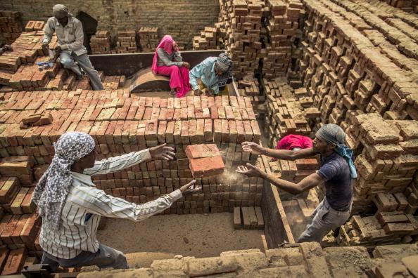 Rajasthan「Laborers Make Bricks In India」:写真・画像(3)[壁紙.com]