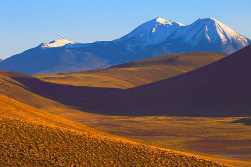 Bolivian Andes「Chilean Andes altiplano at sunrise and volcano, Idyllic Atacama Desert, snowcapped Volcanic steppe puna landscape panorama – Antofagasta region, Chilean Andes, Chile, Bolívia and Argentina border」:スマホ壁紙(6)