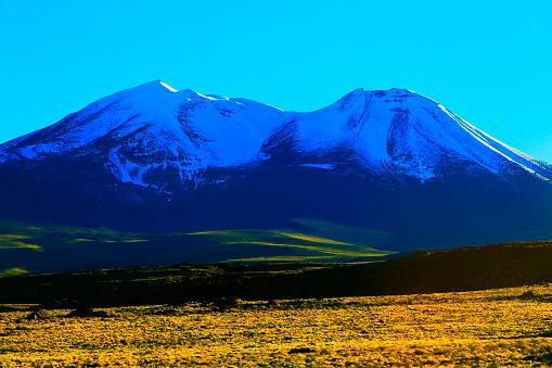 アメリカ合州国「日の出と火山、牧歌的なアタカマ砂漠、雪を頂いた火山性草原プナ風景パノラマ-アントファガスタ、チリのアンデス山脈の地域のチリ、Bolívia とアルゼンチンの国境でチリのアンデス山脈のアルティプラーノ」:スマホ壁紙(11)