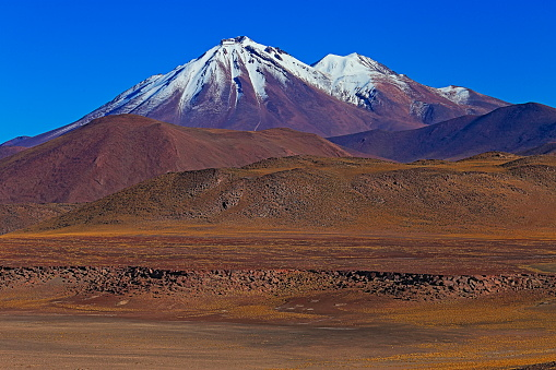 Bolivian Andes「Chilean Andes altiplano at sunrise and volcano, Idyllic Atacama Desert, snowcapped Volcanic steppe puna landscape panorama – Antofagasta region, Chilean Andes, Chile, Bolívia and Argentina border」:スマホ壁紙(3)
