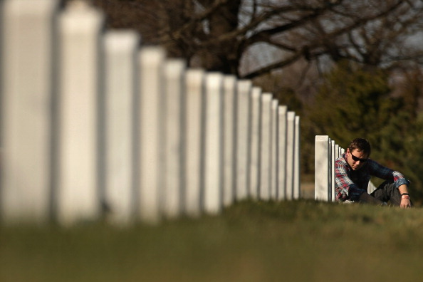 Ryan Thompson「People Pay Their Respects To The Country's War Dead At Arlington National Cemetery's Section 60」:写真・画像(4)[壁紙.com]