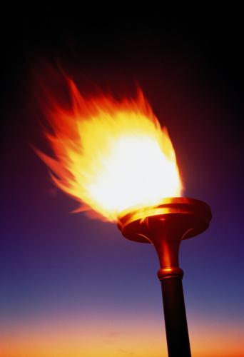 聖火「Flaming torch alight against dusk sky」:スマホ壁紙(7)