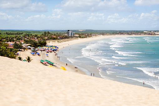 Teenager「People enjoying a day on a long stretch of sandy beach」:スマホ壁紙(5)