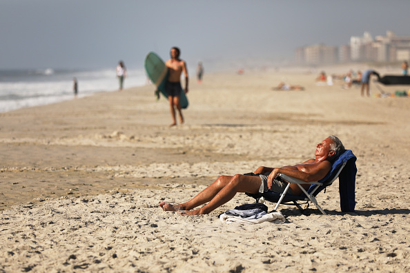 Weather「Unseasonably Hot Weather In October Continues To Draw Swimmers To New York Beaches」:写真・画像(4)[壁紙.com]