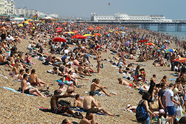 太陽の光「Sunseekers Head To The Beach as the country enjoys a heatwave」:写真・画像(4)[壁紙.com]