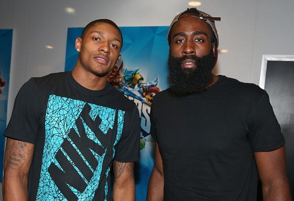 プロスポーツ選手「Pro Basketball Players Bradley Beal And James Harden Attend Activision Booth At E3」:写真・画像(14)[壁紙.com]