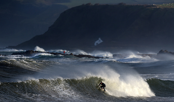 波「High Winds And Large Waves Hit The North West Coast Of The UK And Northern Ireland」:写真・画像(9)[壁紙.com]