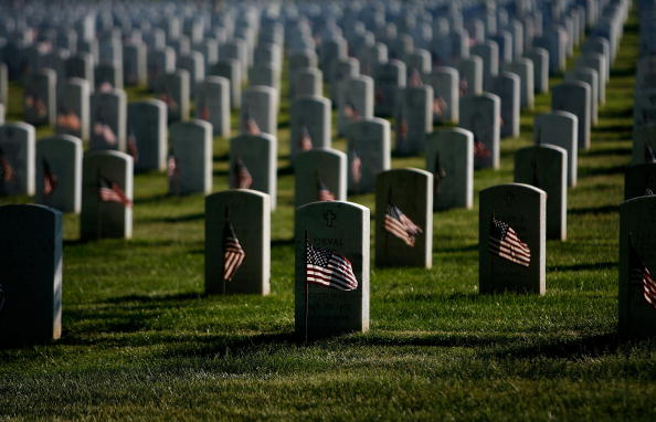 US Memorial Day「Flags Are Placed At Arlington National Cemetery Graves」:写真・画像(3)[壁紙.com]