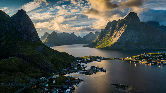Norway「AERIAL: Reine Village and mountains of Moskenesoya, Lofoten Islands in Norway」:スマホ壁紙(10)