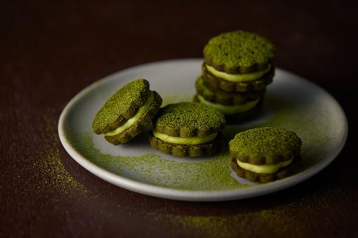 Wagashi「Matcha green tea cream sandwich cookies served in a plate.」:スマホ壁紙(11)