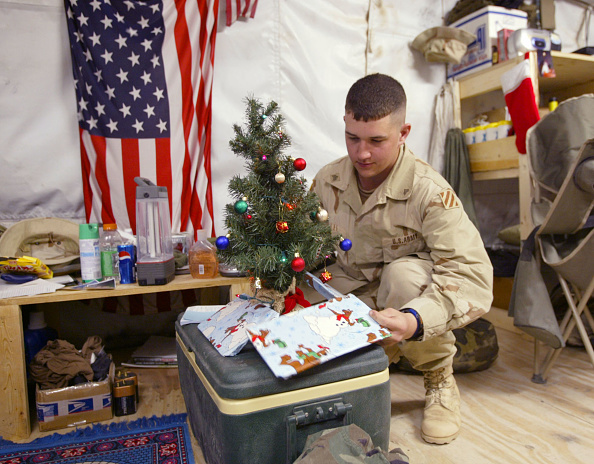 Christmas Present「U.S. Army Soldier Decorates For Christmas In Kuwait」:写真・画像(15)[壁紙.com]