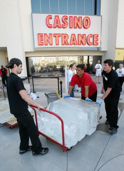 Ice Sculpture「Las Vegas Magician Nathan Burton Encases Himself In Ice」:写真・画像(9)[壁紙.com]
