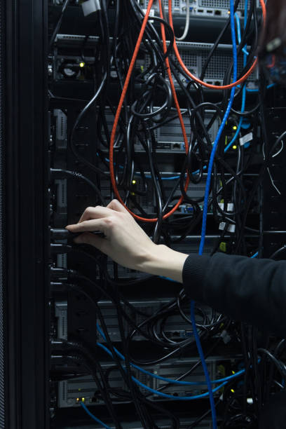 Technician In Secure Data Centre Inspecting Server Wiring:スマホ壁紙(壁紙.com)