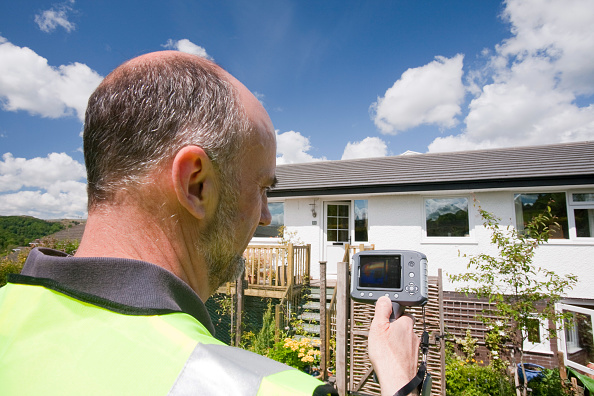 Insulation「A technician uses a thermal imaging camera to check heat loss from a house.」:写真・画像(7)[壁紙.com]