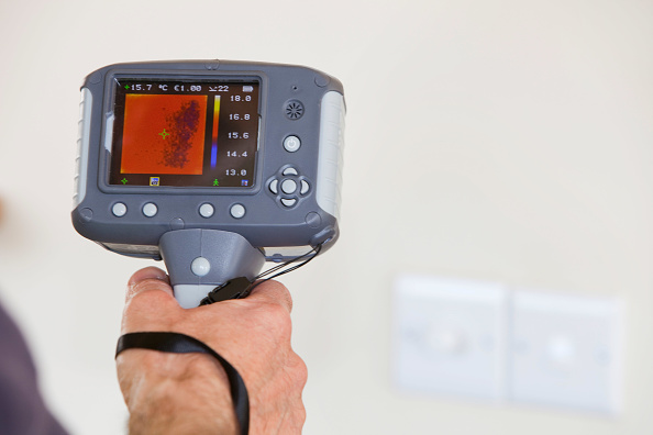 Light Switch「A technician uses a thermal imaging camera to check heat loss around light switchs in a house.」:写真・画像(0)[壁紙.com]