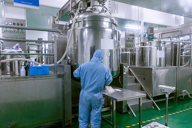Technician check manufacture equipment and reactors in pharmacy factory:スマホ壁紙(壁紙.com)