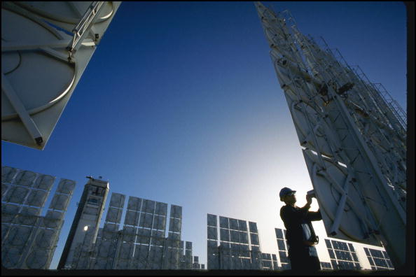 Albuquerque - New Mexico「Technician Servicing Photovoltaic Cells In Solar Energy Farm In Albuquerqe」:写真・画像(2)[壁紙.com]