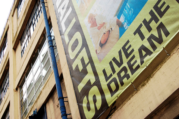 Development「Large banner advertising on the facade of a new warehouse conversion development in London Docklands, England, UK.」:写真・画像(13)[壁紙.com]