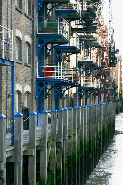 Canal「London regeneration. Victorian warehouses in the dockland area reconverted in expensive flats.」:写真・画像(8)[壁紙.com]