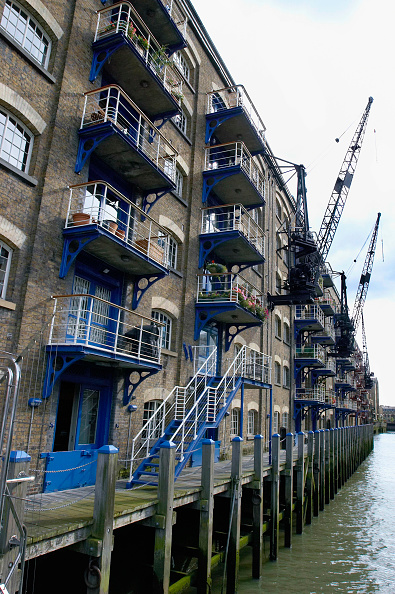 Construction Equipment「London regeneration. Victorian warehouses in the dockland area reconverted in expensive flats.」:写真・画像(10)[壁紙.com]