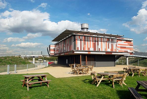 Picnic Table「Eco-friendly architecture at RSPB centre, Rainham Marshes, Essex, UK」:写真・画像(8)[壁紙.com]