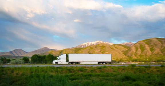 Utah「Truck on the road Utah, USA」:スマホ壁紙(10)