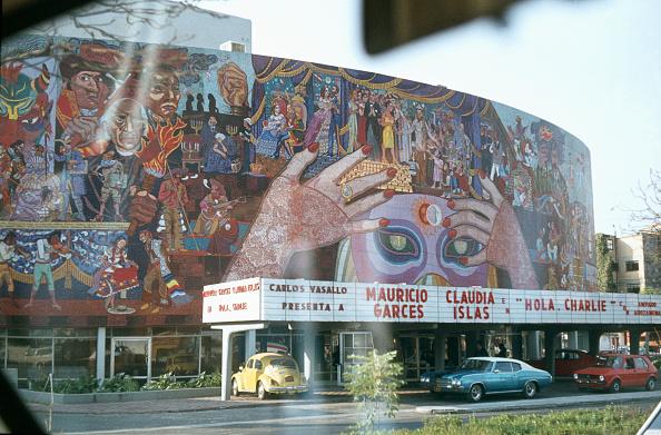 Avenue「Proceeding Along Avenida De Los Insurgentes With Murals Of Diego Rivera」:写真・画像(1)[壁紙.com]