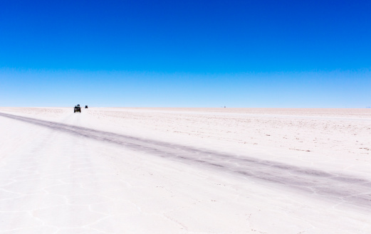 Potosi「Driving along the Salar de Uyuni Salt Flat Desert」:スマホ壁紙(19)
