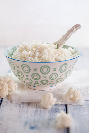 Cauliflower「Bowl of cauliflower rice and cauliflower florets on cloth and wood」:スマホ壁紙(16)