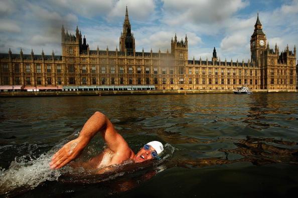 Swimming「Endurance Swimmer Lewis Gordon Pugh Swims The Thames」:写真・画像(11)[壁紙.com]