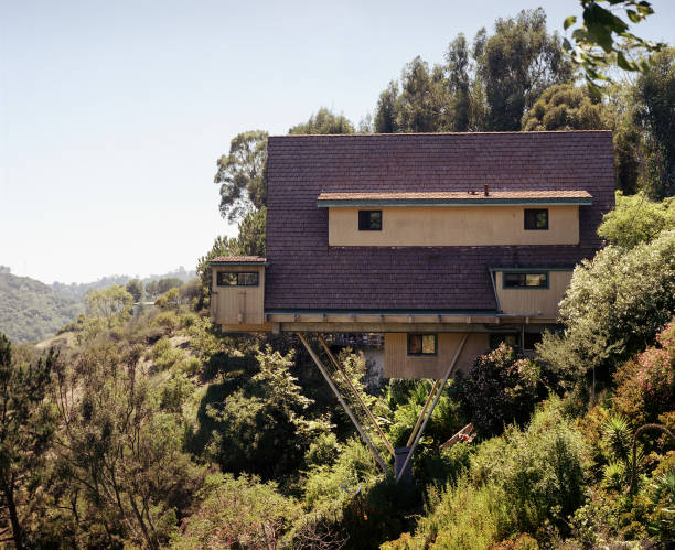 House on poles in the Santa Monica Mountains, near Los Angeles, USA 2003:ニュース(壁紙.com)