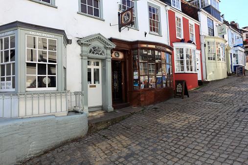 イギリス「Cobbled streets, Quay Hill, Lymington town Quaysid」:スマホ壁紙(6)