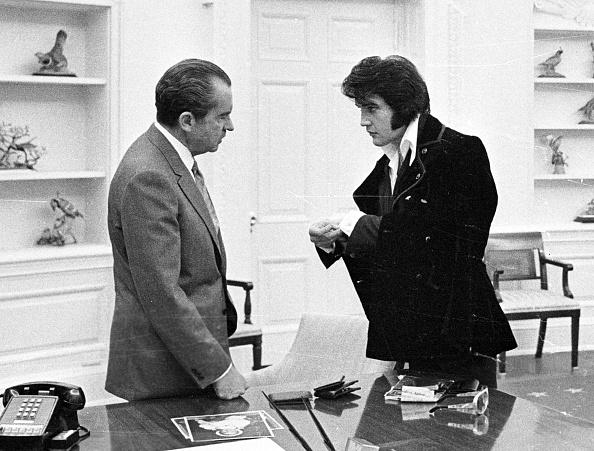 US President「President Richard Nixon meets with Elvis Presley」:写真・画像(0)[壁紙.com]